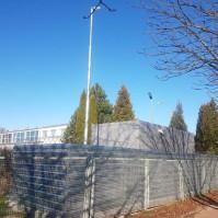 Serwerownie mobilne ogrodzone siatką