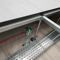 Podłoga techniczna, kratki kable